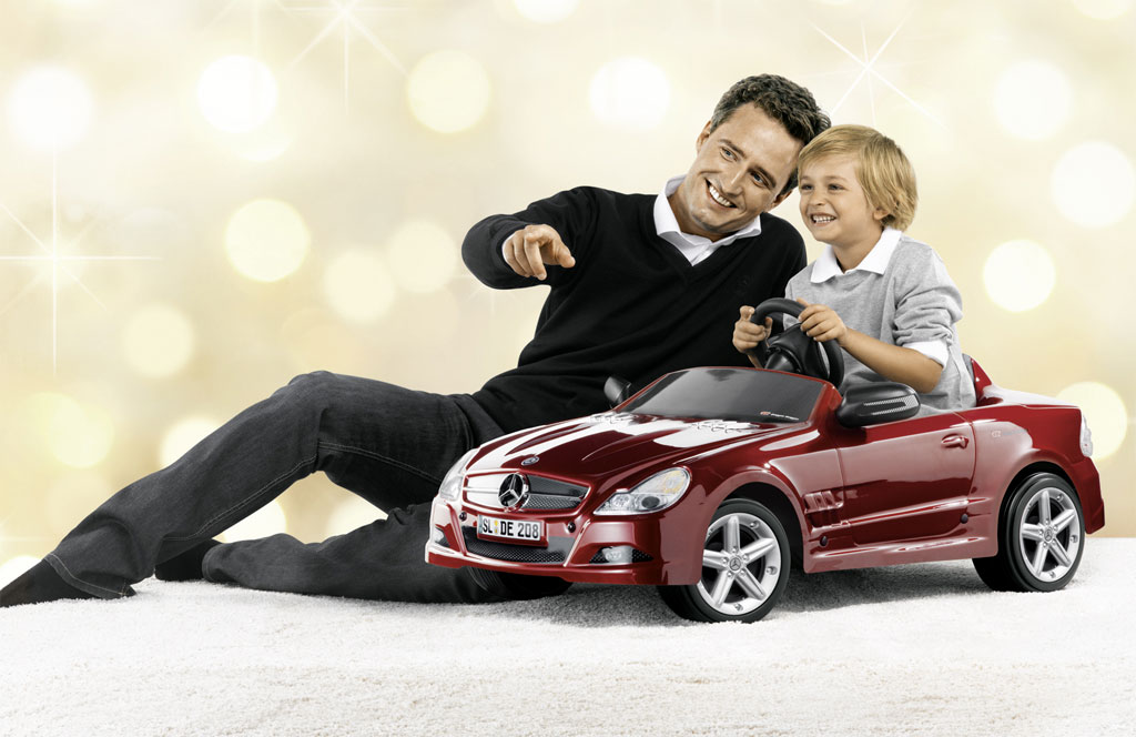 Mercedes christmas gifts photo 12 9660 for Mercedes benz christmas commercial