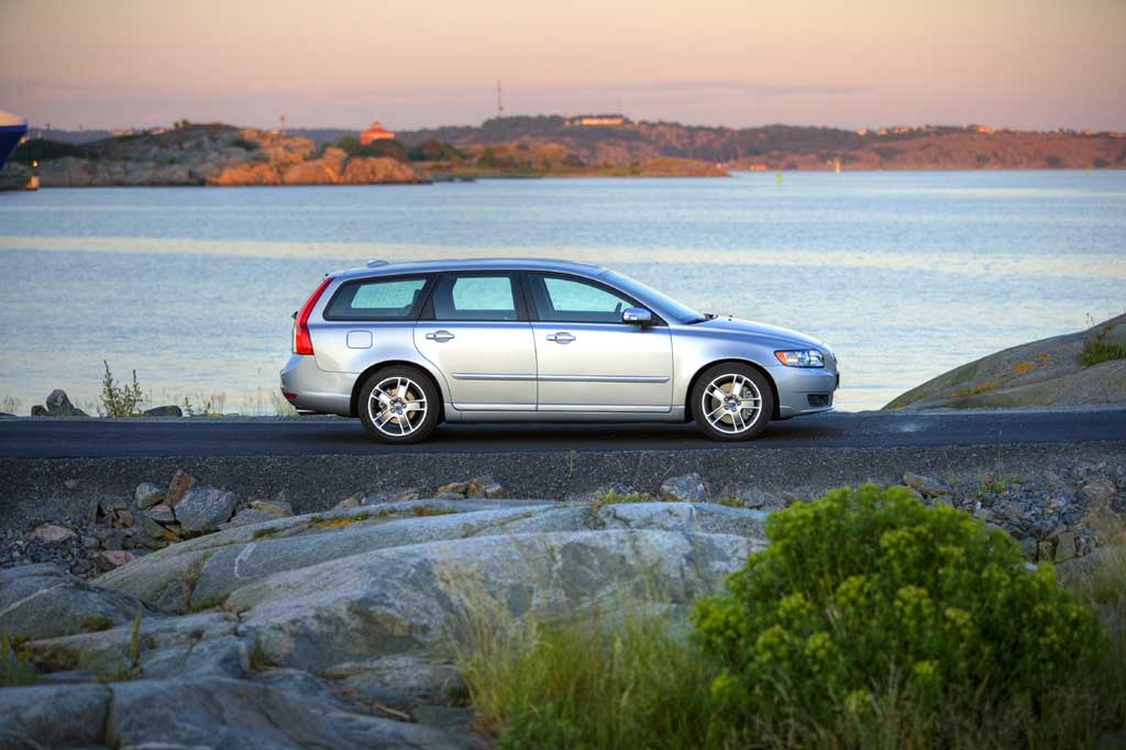 2011 Volvo V50 1.6D DRIVe with Start/Stop offers a 50g/km reduction in ...